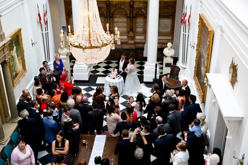 cake cut bride groom guests (c) gapper
