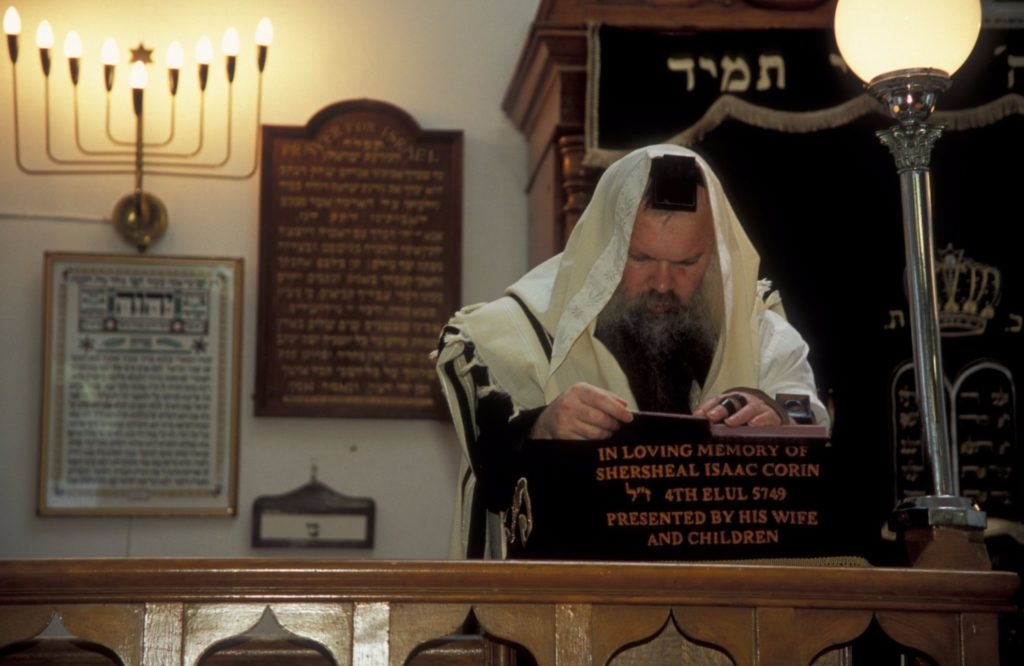 Rabbi-in-the-Synagogue-