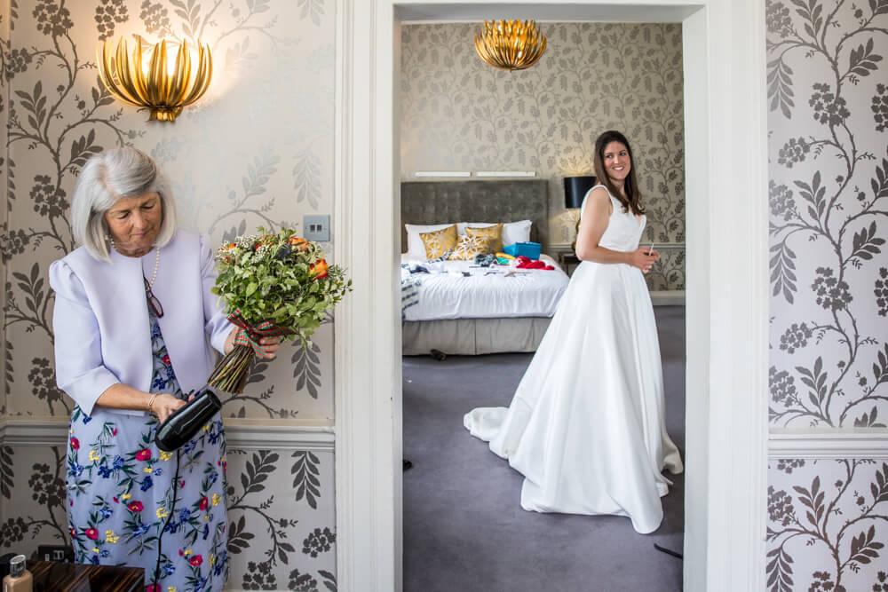 brides, mum, flowers